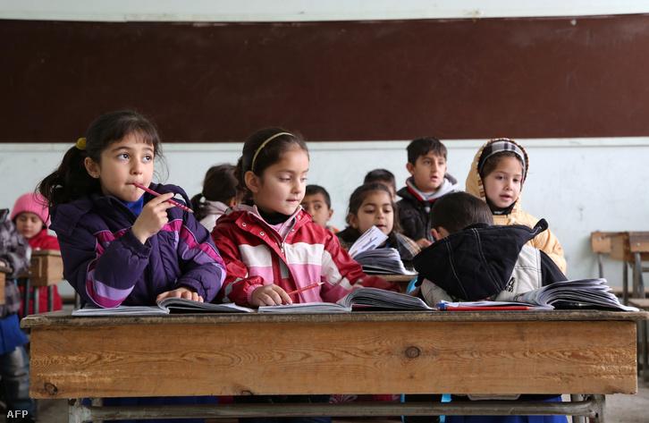 Kurd és arab gyerekek egy szír iskolában