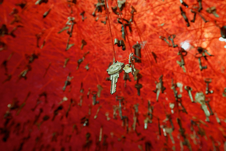 Shiota Chiharu: Kulcs a kézben