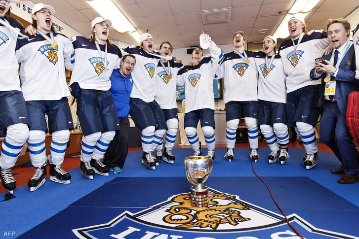 A világbajnok finn csapat ünnepli győzelmét az öltözőben május elsején