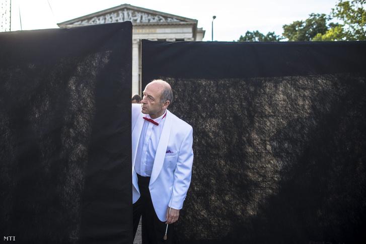Fischer Iván Kossuth-díjas karmester a Budapesti Fesztiválzenekar Tértánckoncertje előtt a budapesti Hősök terén 2015. június 18-án.