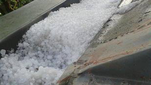 Jégeső Budafokon: kupacokban áll a jég az utcán