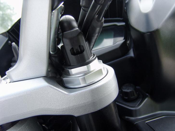 Elektronikus a futómű állítása - álló helyzetben négy fokozatban állítható az előfeszítés, míg a csillapítás menet közben is hangolható