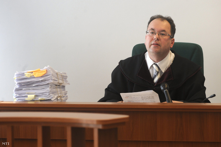 Arany János bíró a Szegedi Közigazgatási és Munkaügyi Bíróság épületében