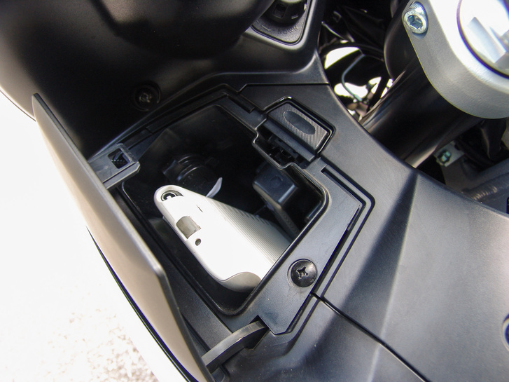 Az idomon lévő rekeszbe befér egy nagyobb telefon és egy pénztárca. Csak akkor nyitható, ha a motoron rajta van a gyújtás, így nem tudjuk bezárni a kulcsot
