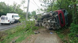 Egy kamion és két kisteherautó ütközött össze Szigetszentmiklóson