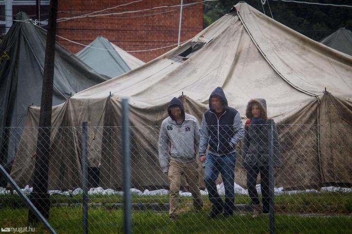 Menekültek az újjányitott menekülttáborban Körmenden.