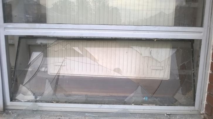 A körmendi iskola betört ablaka.