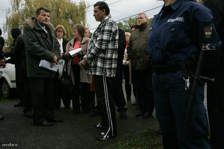 Balla Lajos vezető bíró a másodrendű vádlottal a tetthelyenFotó: Barakonyi Szabolcs