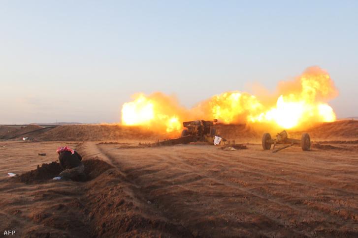 A Hódítás Hadseregének (Dzsais al-Fatah) tagjai csapnak össze kormánypárti erőkkel Om al-Krameel falu közelében, 2016. május 5-én.