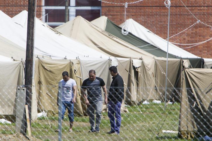 Ideiglenes migrációs befogadóállomás a Körmendi Rendészeti Szakközépiskola területén, 2016. május 5-én.
