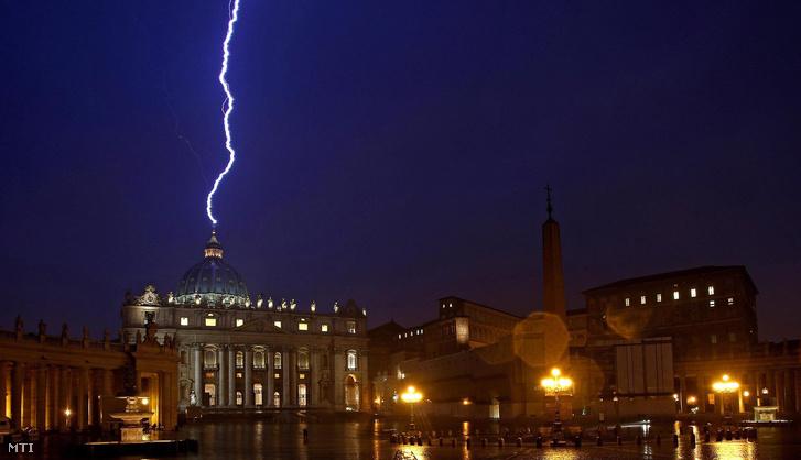 Villám csap a Vatikáni Szent Péter-bazilika kupolájába 2013. február 11-én, azon a napon, amelyen XVI. Benedek pápa bejelentette hogy február 28-án lemond.