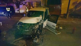 Fának ütközött, csúnyán összetört egy autó