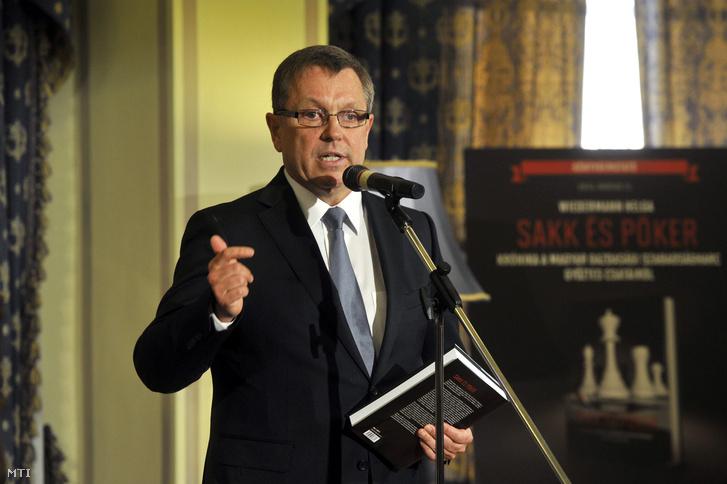 Matolcsy György beszél Wiedermann Helga, Sakk és póker - krónika a magyar gazdasági szabadságharc győztes csatáiról című könyvének bemutatóján 2014. március 11-én.