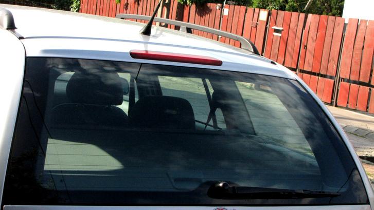 Egy kombi vagy ferdehátú autó hátsó ablakára egészen sűrű dzsuva jut, nem csoda, ha az ablaktörlő mély nyomot hagy az üvegben