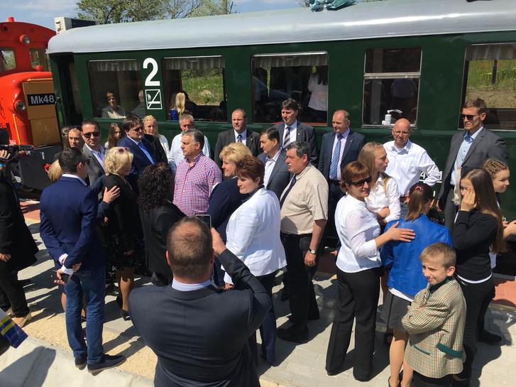 Orbán Viktor miniszterelnök a kisvasút hivatalos átadását megelőző napon rendezett, zártkörű átadóünnepségen, Felcsúton, 2016. április 30-án.