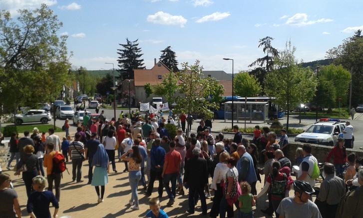 Tüntetők a nagykovácsi CBA előtt, 2016. május 7-én.