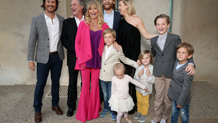 Goldie Hawn rózsaszín sellőként jótékonykodott celebbarátaival