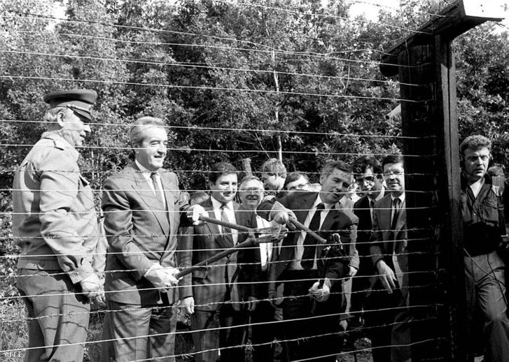 Horn Gyula magyar- és Alois Mock osztrák külügyminiszter átvágja a vasfüggönyt (a műszaki határzárat) 1989. június 27-én