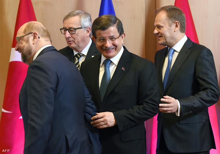 Martin Schulz az Európai Parlament elnöke, Jean-Claude Juncker az Európai Bizottság elnöke, Ahmet Davutoglu Törökország miniszterelnökeés Donald Tusk az Európai Tanács elnöke érkezik az EU-vezetők csúcstalálkozójára 2016. március 7-én.