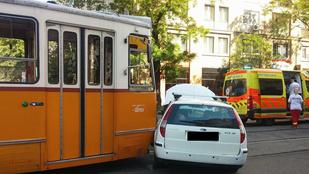 Autóval ütközött egy villamos a Fehérvári úton