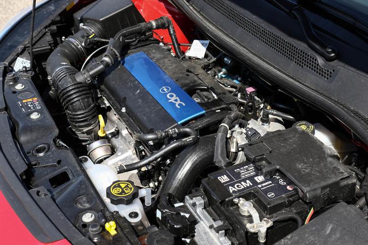 A régi, ezerhatos, turbós ECOTEC-motort találjuk itt. És ugyanúgy szereti az olajat enni, mint bármelyik másik. Üzemszerű, mondják. Karaktere nincs, ereje sok