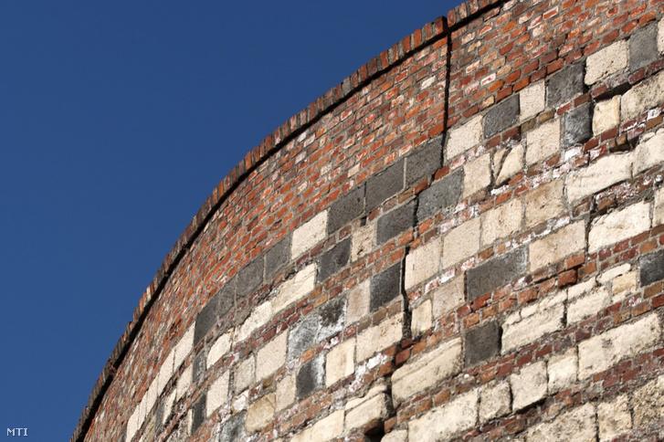 Az Esztergomi rondella megrepedt fala 2012. január 27-én készült felvételen.