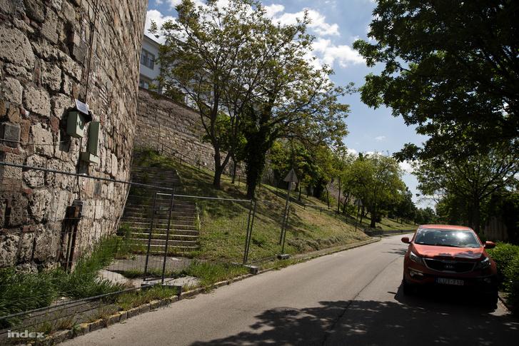 Lovas utca, a körbekerített rondellával