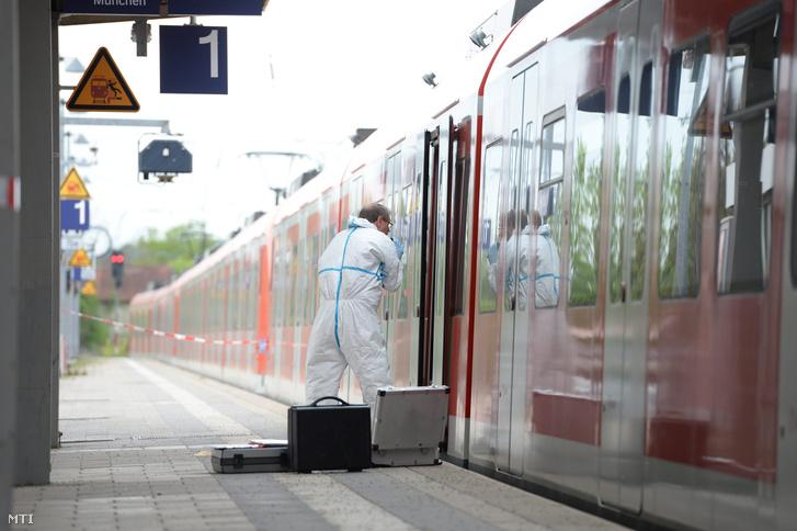 Rendőrségi szakértő egy vonat mellett 2016. május 10-én, miután egy fiatal férfi késével megtámadott négy embert a München melletti Grafing vasútállomásán. Egy ember életét vesztette, három könnyebben megsebesült.