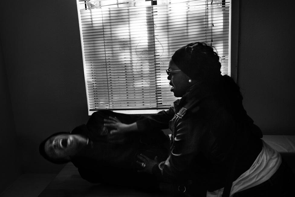 Shanon fájdalmában üvölt, mert Jamesha az asztal sarkába veri a fejét a rehabon. Shanont eltanácsolják, azonnal szakítanak.