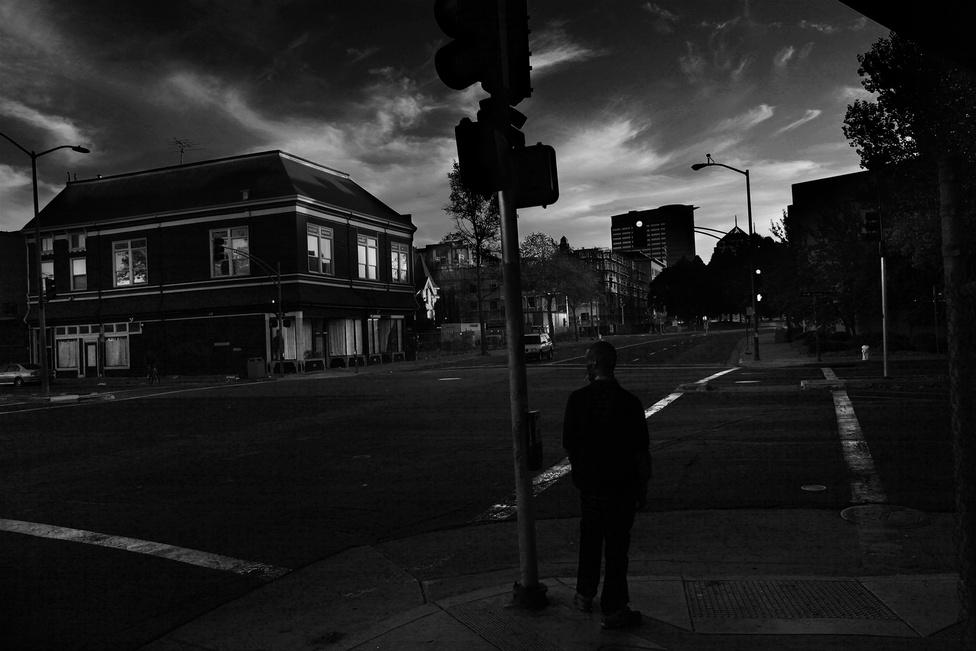 Shanon egy oaklandi utcasarkon.