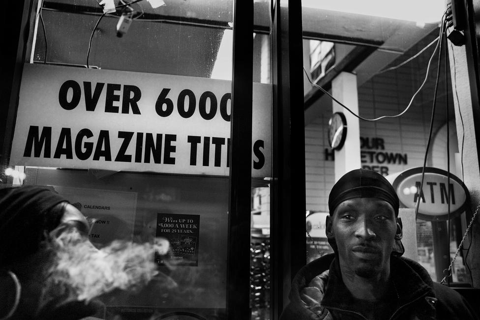 Shanon feketén melózik egy hírlapüzletben biztonsági őrként. Mivel a helyi arcok a spanjai, kvázi ő lett az összekötő az üzlet dolgozói és közöttük.