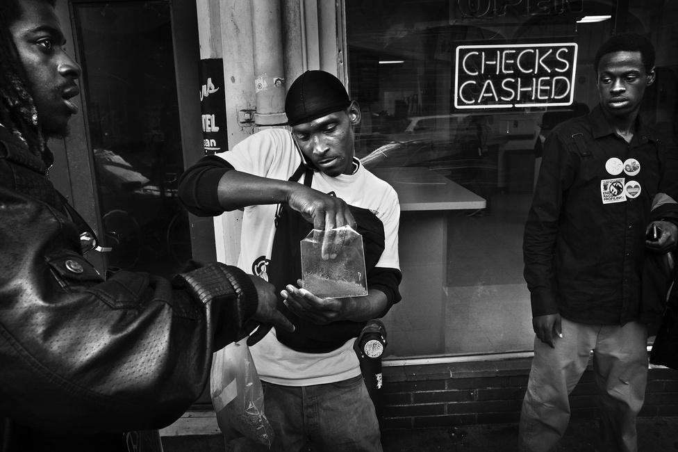 Shanon (középen) füvet porciózik az utcán. Ebből tartja el magét, hiszen büntetett előélete miatt nehezen talál munkahelyet magának, ráadásul kábítószerfüggő.