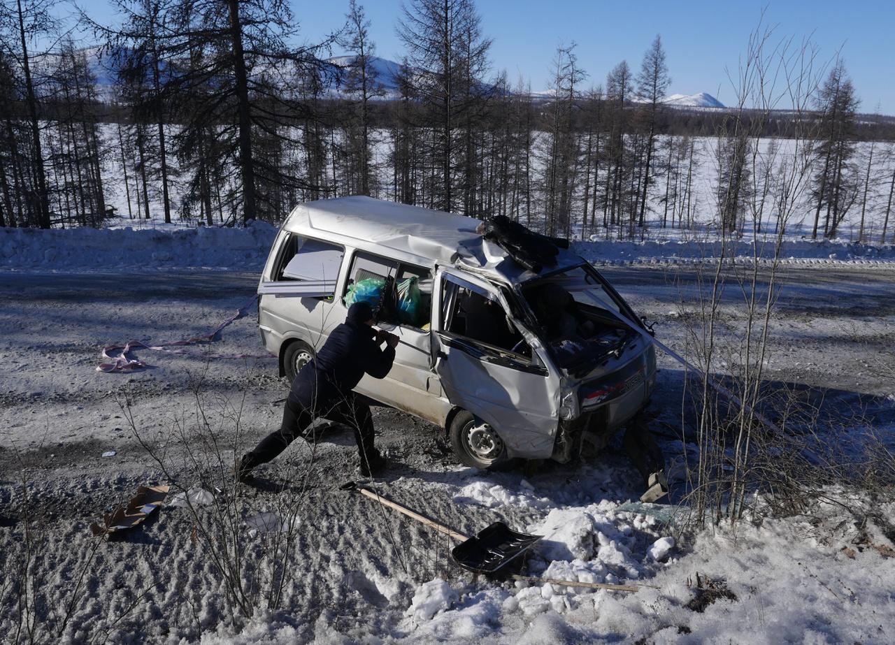 Ráadásul a csúszós utak számos veszélyt tartogatnak, gyakoriak a halálos balesetek is. A riport készítése előtti hónapokban például egy teherautó lecsúszott az országútról, és a sofőr, illetve a rakománya 70 métert zuhant a mélybe. Ruszlan egyik barátja, a szintén szállítmányozással foglalkozó Andrej ennél jóval szerencsésebben járt, amikor kisodródott az egyik kanyarban.                          Bár a képen látható kisbusz csúnyán összetört, vezetője megúszta kisebb karcolásokkal.