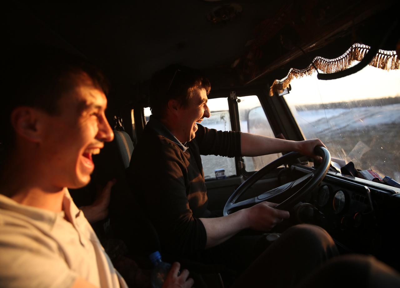 Visszafelé, a Kolijama autópálya aszfaltcsíkját elérve a hangulat csaknem annyira ragyogó, mint a szétáradó tavaszi napfény. Ruszlan jeges utazásai azonban nem értek véget erre a szezonra, az olvadás előtt még megpróbálkozik egy utolsó fuvarral.                         A sokat próbált kamionosok körében is ritka, hogy valaki ennyi útra vállalkozik egy szezonban – Ruszlan szerint csak az képes rá, akinek a vérében van ez a munka.