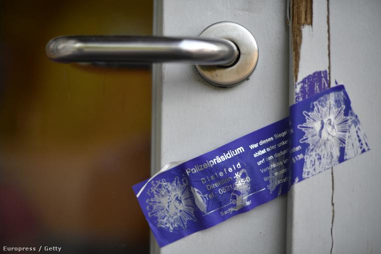 A ház ajtaját lezárták - a rendőrség folyamatosan vizsgálja a bejelentéseket, de remélik, hogy jelentkeznek még maguktól más áldozatok