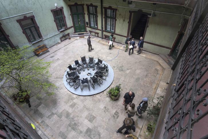 Pacsika Rudolf: Illetékesség, bérház belső udvara, Budapest