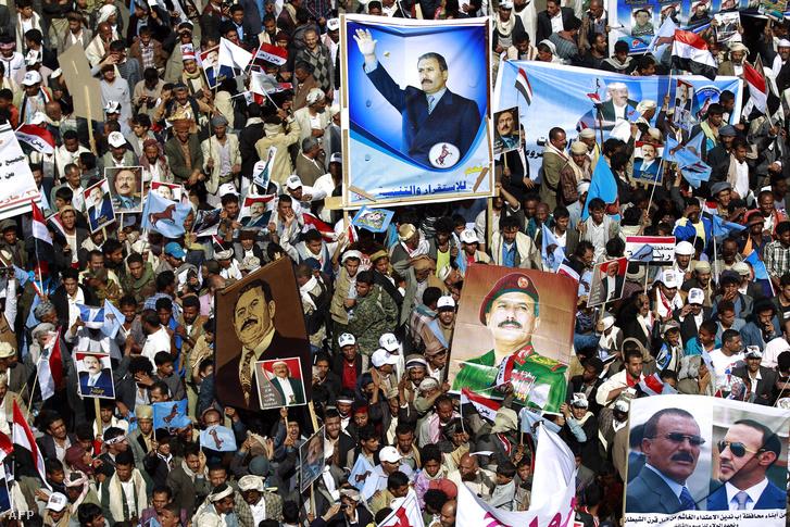 Több ezer ember vonult fel jemeni fővárosban a korábbi kormányzó, Ali Abdullah al-Száleh portréjával, hogy tiltakozzanak a Szaúd-Arábia vezette koalíció agressziója ellen 2016. március 26-án.