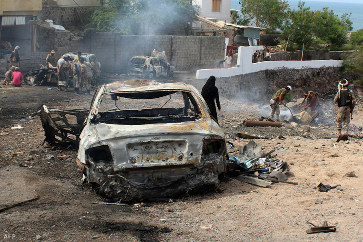 Öngyilkos merénylő robbantotta fel magát Jemen második legnagyobb városában, Adenben 2016. április 28-án. A bombamerénylet közvetlenül azután történt, hogy Mukallába bevonultak az Emírség katonái, hogy megtisztítsák a kikötővárost a dzsihadistáktól.