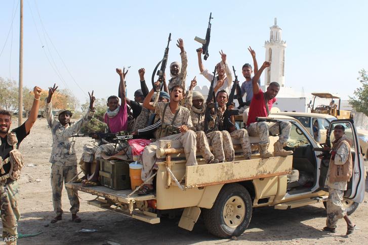 A jemeni kormányhoz hű harcosok az Abjan tartomány fővárosába vezető új mellett készülnek az offenzívára 2016. április 23-án.