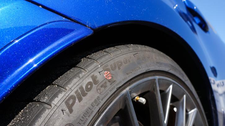 A parkolóban még Pilot Sport volt rajta, de ez nem is ment a pályán. Azokra már Bridgestone Potenzákat raktak