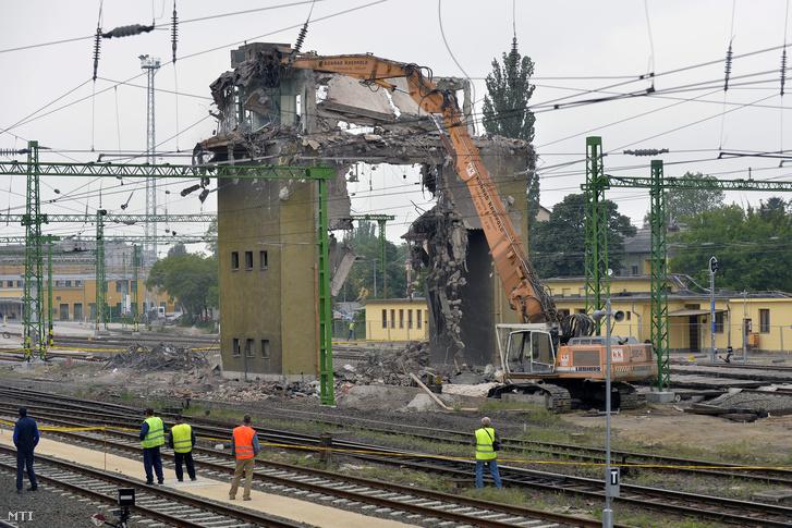 Bontják az ország egyetlen áthidalásos szerkezetű, 1954-ben épült vasúti irányítótornyát a székesfehérvári vasútállomáson.