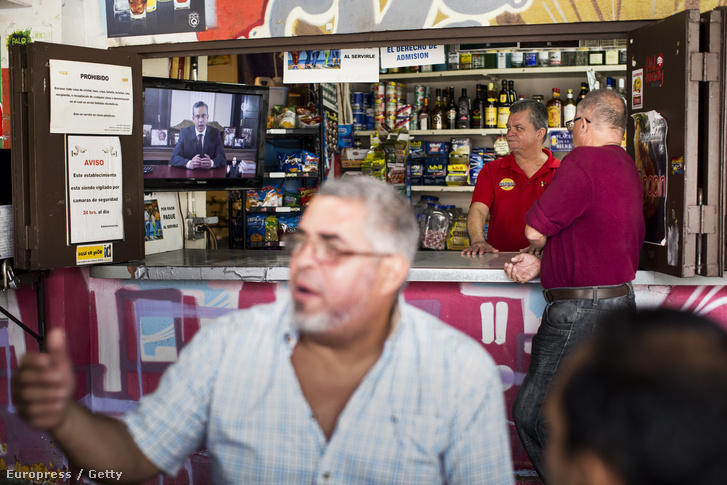 Egy helyi kocsmában hallgatják Puerto Rico kormányzójának, Alejandro Gracia Padilla beszédét 2016. május 1-én.