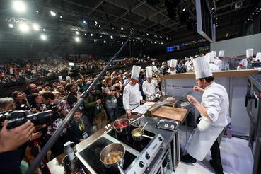 A versenyzők tíz percenként kezdték a főzést, Széll 9.40-kor került sorra, segítője Szabó Kevin.