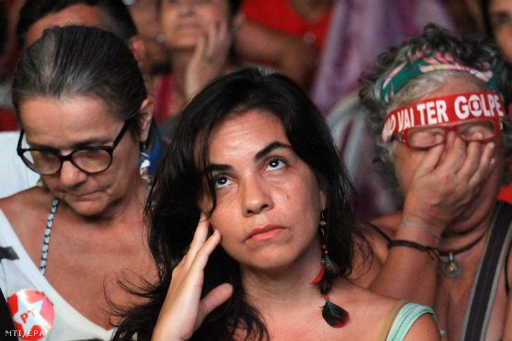 Dilma Roussef brazil államfõ támogatói kivetítõn nézik amint a parlamentben szavaznak a Roussef elleni bizalmatlansági eljárás megindításáról Rio de Janeiróban 2016. április 17-én.