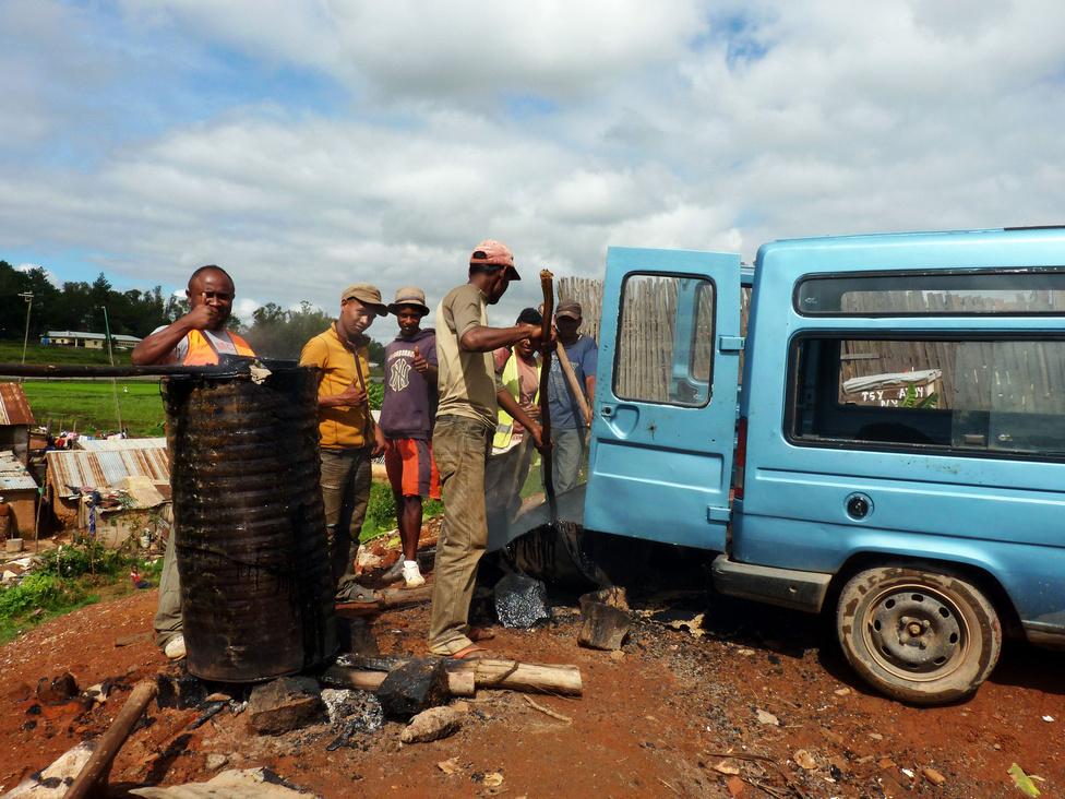 Az útjavítás fejlettebb formáját képviseli ez az aszfaltkeverő kisüzem. Az ideszállított kőzúzalékot összekeverik szurokkal, a forró matériát belapátolják a furgonba, ami a javítás helyére szállítja. Madagaszkár a világ egyik legszegényebb, ámde működő országa, minden problémára megtalálják a legegyszerűbb és legolcsóbb megoldásokat.