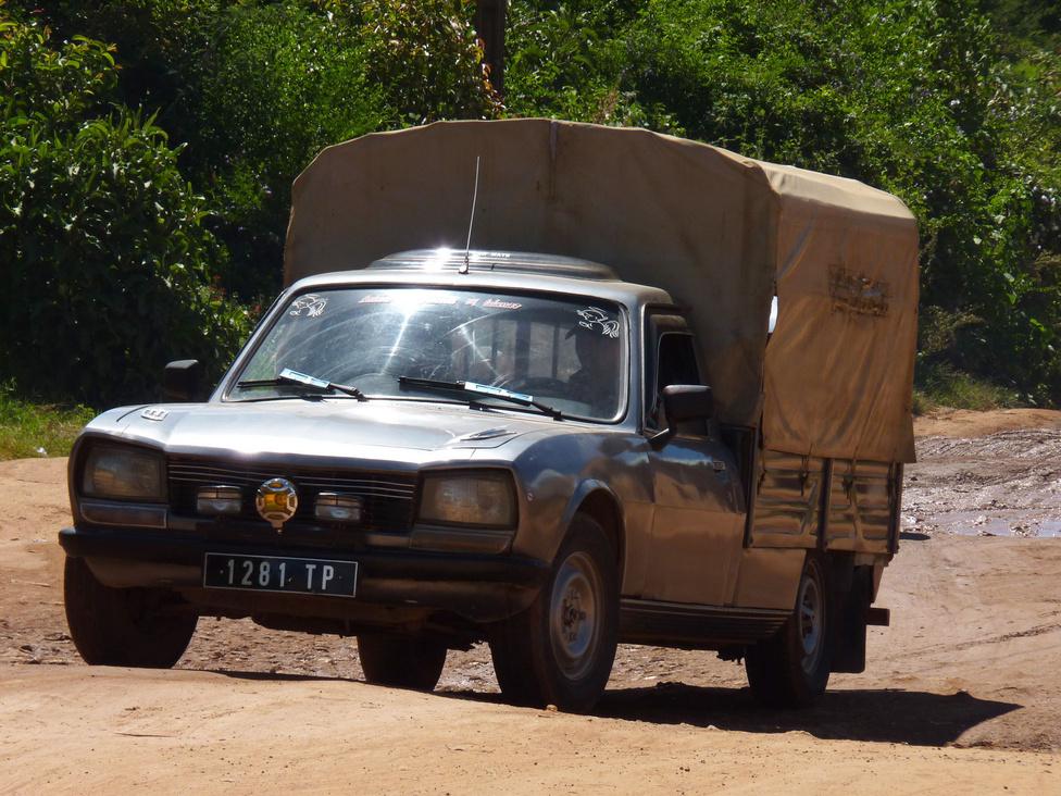 Már megint egy francia: a pickup kategória alapját a régi, szinte elpusztíthatatlan Peugeot furgonok adják. Változatos esztétikai és műszaki állapotban morzsolják a kilométereket. Európai veterános sírva könyörögne egy ilyenért – Madagaszkáron mindennapi, kemény használatban húzzák az igát, a gyakran túlterhelve. A modern pickupok között is sok a klasszikus platós, ponyvás kivitel, hiszen ezekbe több holmit lehet bepakolni.