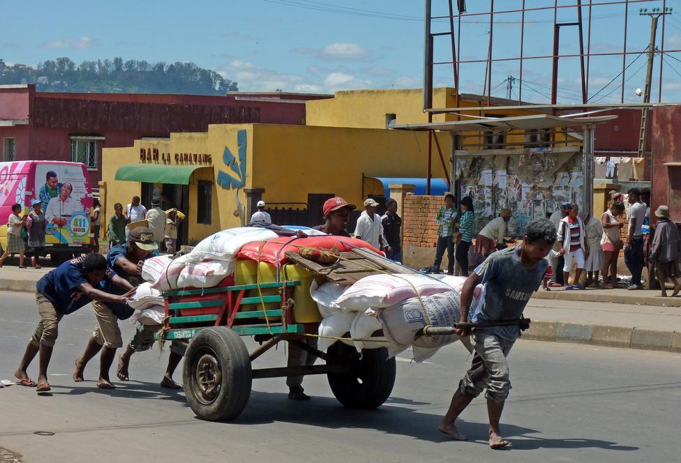 A teherfuvarozás leginkább elterjedt módja a kézikocsikon történő szállítás. Különféle típusok alakultak ki szerves fejlődéssel: kétkerekűek és négykerekűek, tolósak és húzósak, kicsik és nagyok. A nagyméretűekhez többfős személyzet kell, különösen a dimbes-dombos-hegyes területeken. A legizgalmasabb fajta a falusiak által használt kiskocsi, soknak csak csapágyak vannak a tengelyek végén kerekek helyett, másokon fakorongok szolgálnak kerékként, esetleg gumivasalással. A fék alapvető tartozék, a domborzat adottságait kihasználva ugyani a lejtőn lefelé mindenki felpattan, és a gravitációs hajtással ereszkednek le a völgyfenékig. Ezek a népi iparművészeti alkotások a tehergokart nevet kapták tőlem.