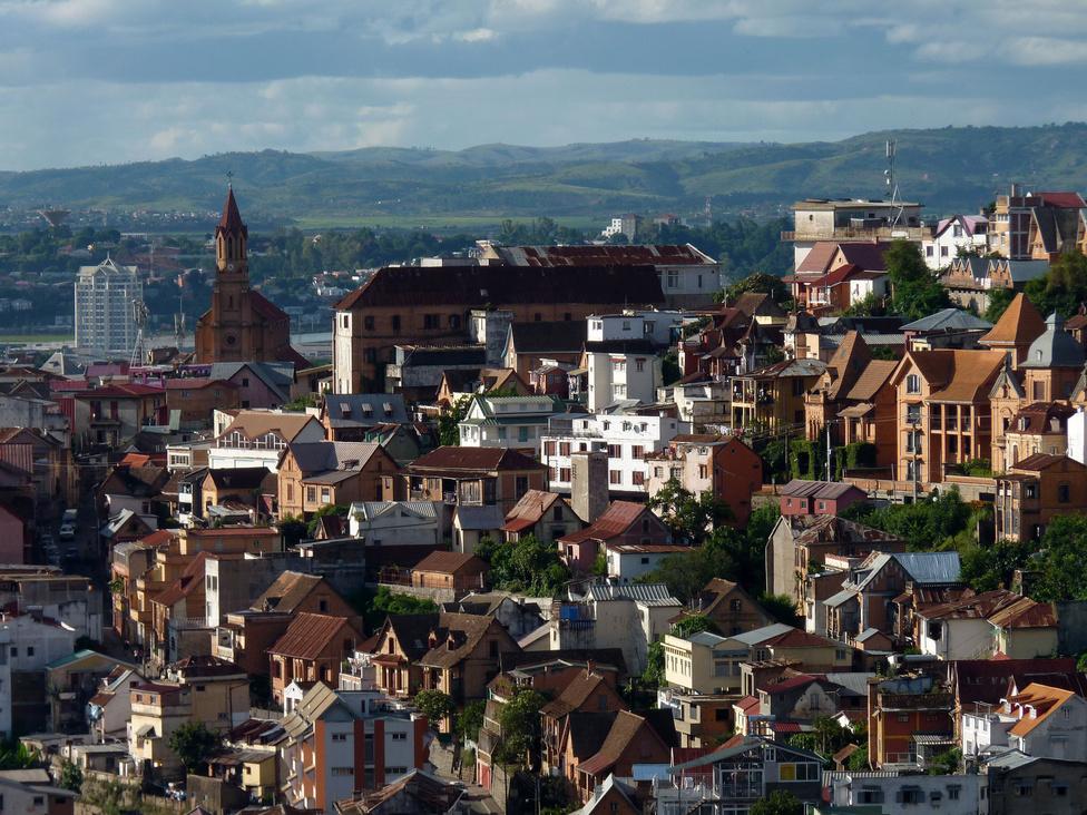 A főváros, a kimondhatatlan nevű Antananarivo. Még a helyiek is csak Tanának hívják. Az 1,3 milliós lélekszámú település a Központi Magasföldön, 1280 méter magasságban fekszik, így éghajlata egész kellemes, és a levegője is tiszta lenne, ha a rengeteg régi és lazán karbantartott jármű nem szennyezné. A tanai közlekedés legfőbb jellemzője a dugó: a járművek számának bővülését nem követte az infrastruktúra fejlesztése, ezért reggeli és délutáni csúcsforgalomban nemcsak a belső kerületek dugulnak be menthetetlenül, de a fő be- és kivezető utak is.