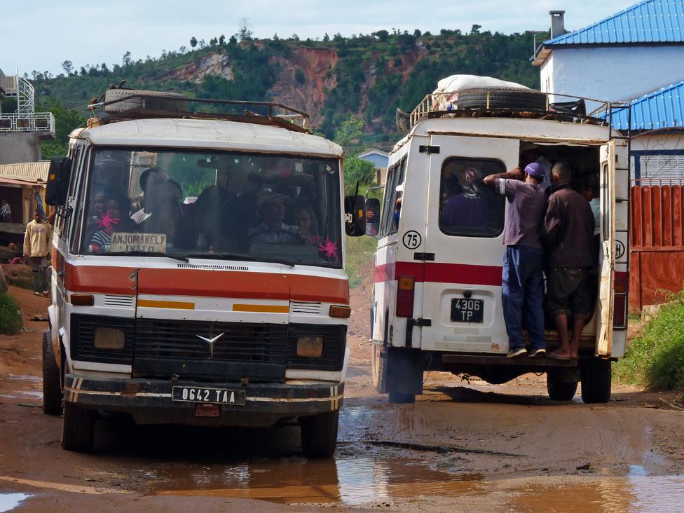 A legnagyobb tömeget a magáncégek, kisvállalkozások által üzemeltetett kis iránybuszok (taxi-brousse) szállítják Madagaszkáron: a városi útvonalakon járók gyakran zsúfoltak, a le-felszállás igényel némi kígyómozgást és határozottságot. Az ülések szűkek, cserébe a viteldíj alacsony, szinte mindenki által megfizethető. A kalauz a hátsó ajtóban egyensúlyoz, bekiabálja a megállók nevét, beszedi a pénzt, és ha olyan kedve van, segít a fel- és leszállóknak. A kisbuszok többsége is öreg darab, végtelen kilométerrel a motorjában.