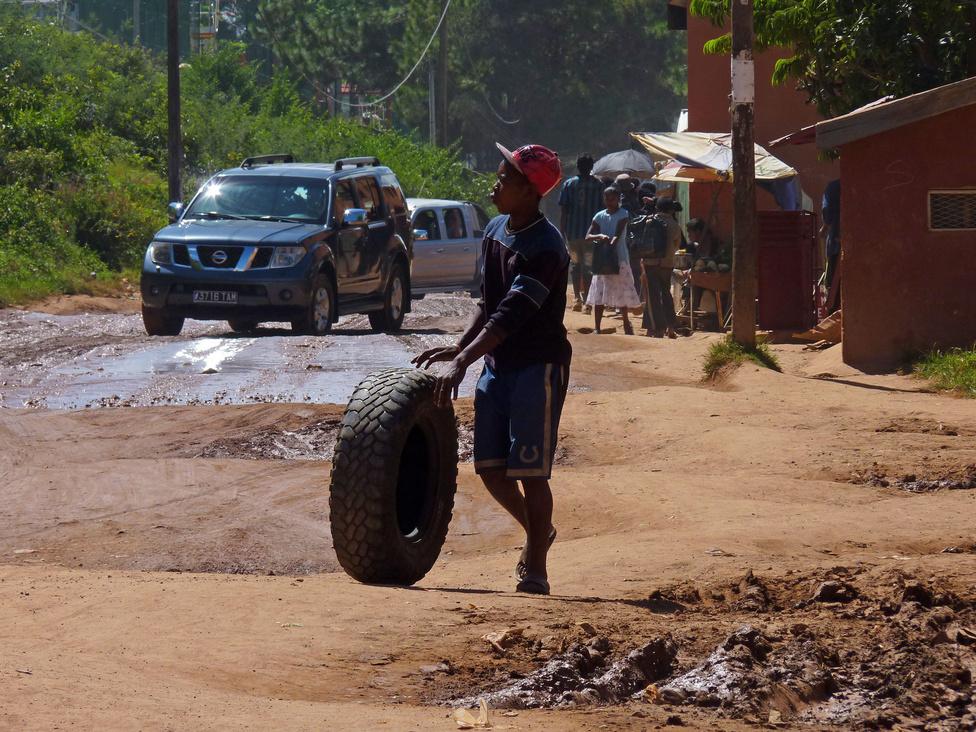 Madagaszkáron nagyon vékony a középosztály: a túlnyomó többséget alkotó szegényeket nagy, fullextrás terepjárókban és pickupokban kerülgetik a gazdagok. Az újautó-piac sztárjai egyértelműen japánok: Toyota, Nissan, Mitsubishi, kábé ebben a sorrendben. A középáras pickupok királya a Nissan NP 300. Az élet az utak mentén zajlik: mindenki árul valamit, aki meg éppen nem, az nagyon olcsón próbál vásárolni. Rizsből, az egyik legfőbb mezőgazdasági terményükből a legkisebb boltban is kapható legalább tízféle. Az étolajat kimérve, akár decis mennyiségben is vásárolják, a cigaretta szálanként is kapható. A pékáru franciás és finom, akárcsak a helyben termesztett kávé. A madagaszkári konyha egyszerű, de nagyon ízletes, és a mi mércénkkel olcsó. Aki evett már a szabadban legeltetett zebuból készült sztéket, szerintem egyetért velem.